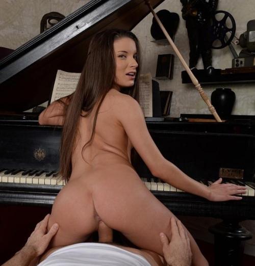 Anita Bellini - Hitting the right note